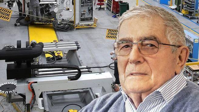 Giancarlo Selci e sullo sfondo i macchinari dell'azienda, la Biesse, da lui fondata