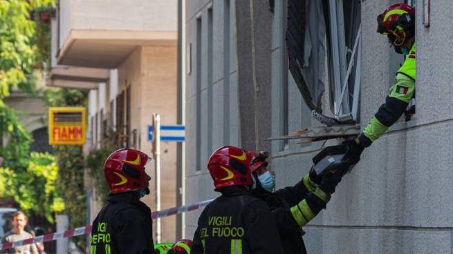 I vigili del fuoco nella palazzina dove è avvenuta esplosione