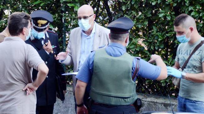 Gli inquirenti al lavoro sulla scena del crimine a Olginate
