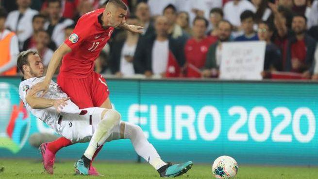Ismajli (a sinistra) contrasta Burak Yilmaz in Turchia-Albania preliminari di Euro 2020