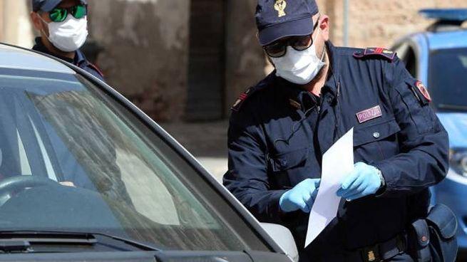 Agenti della polizia di Stato con mascherina durante controlli
