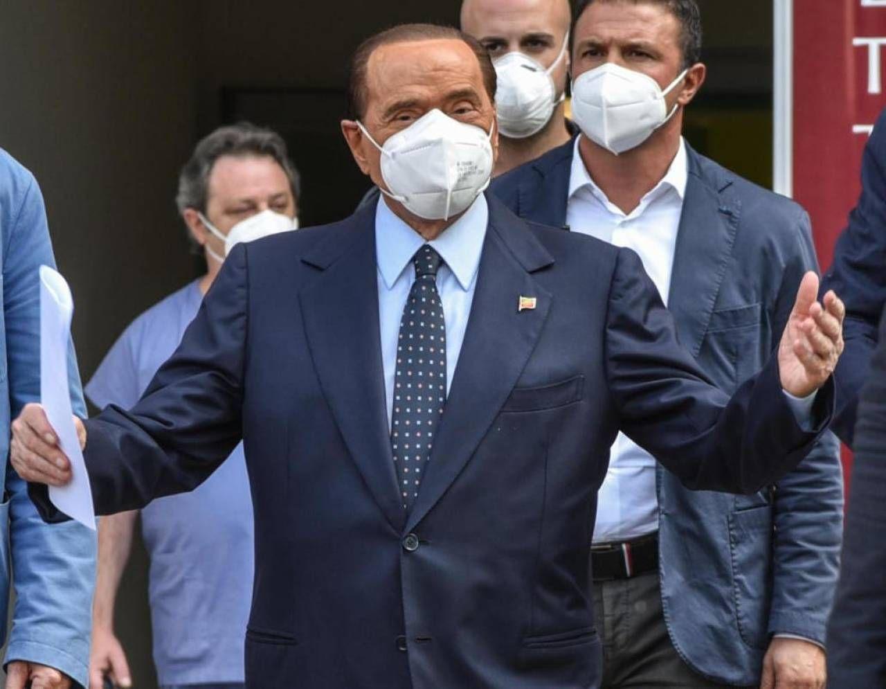 Silvio Berlusconi, 83 anni, ieri è stato dimesso dal San Raffaele. Si è trattata della prima uscita pubblica con la mascherina