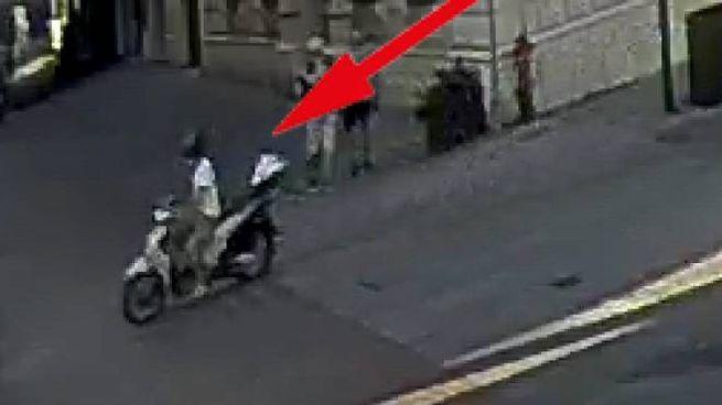 L'uomo inquadrato da telecamere pubbliche. E' stato riconosciuto dai tatuaggi