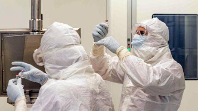 Ricedrcatori intenti alla produzione del vaccino anti-Covid