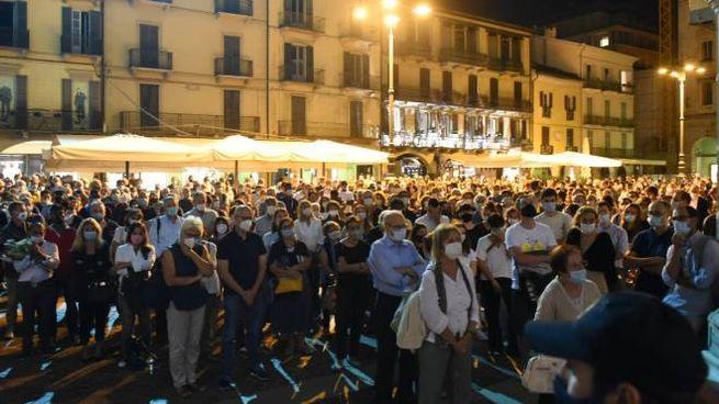 Piazza Duomo a Como, centinaia di persone per ricordare don Roberto Malgesini (Cusa)