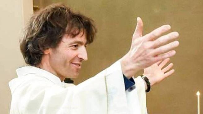 Don Roberto Malgesini durante una celebrazione
