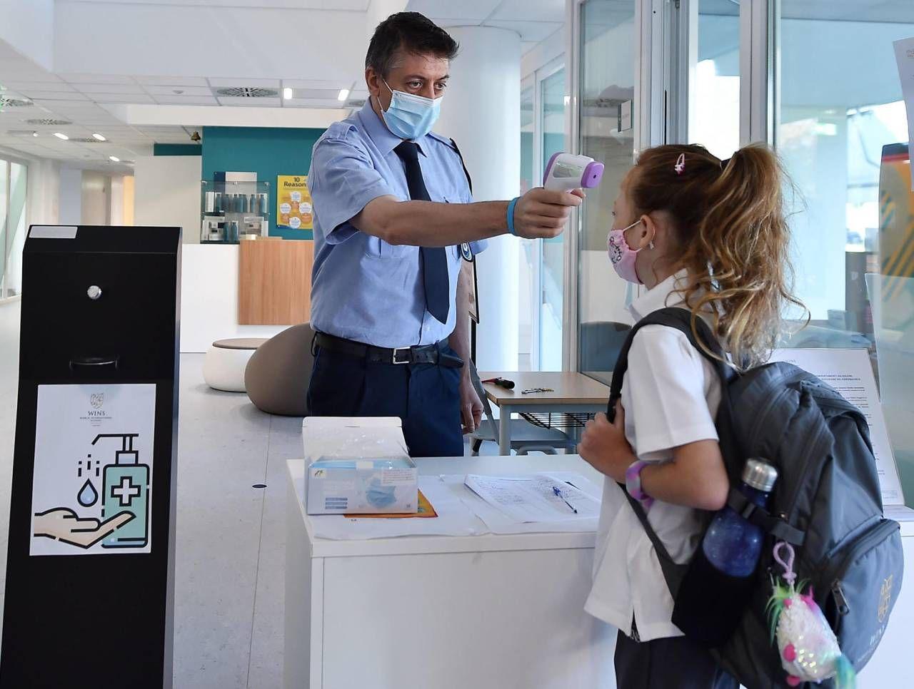 La Regione Piemonte ha deciso di far misurare la febbre dagli addetti all'ingresso ma il governo ha impugnato l'ordinanza del presidente Alberto Cirio