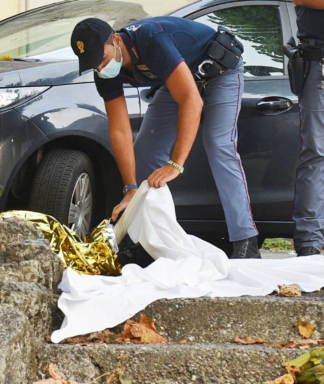 Un agente sul luogo dove è stato ucciso il prete di Como, attivo nella pastorale coi migranti; sopra a destra, la vittima don Roberto Malgesini