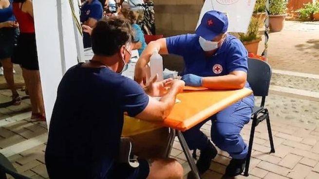 Test in piazza con gli operatori della Croce Rossa