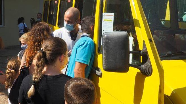 Bambini salgono su uno scuolabus