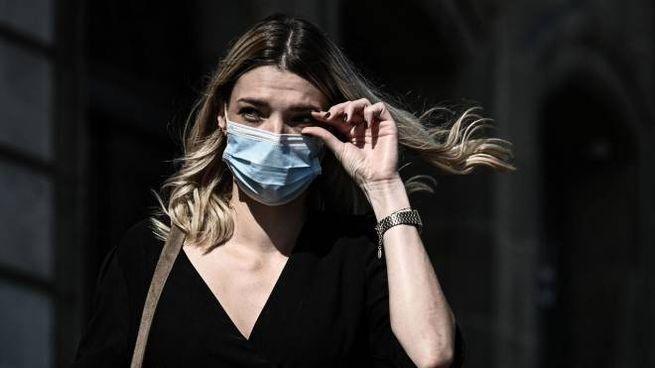Una passante con la mascherina in Francia: quasi 10mila nuovi casi (Ansa)