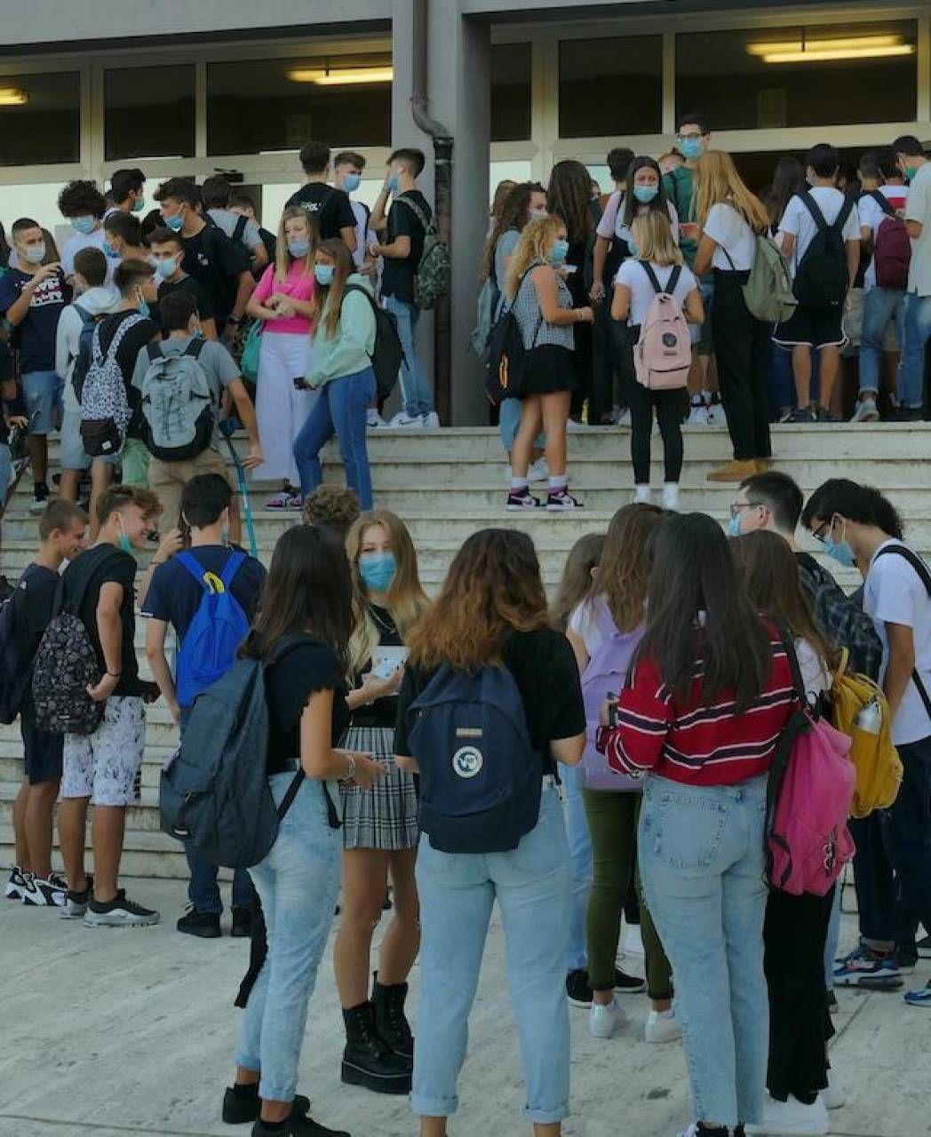 Studenti di un istituto superiore di Ancona, in attesa di entrare in aula per la lezione (foto Antic)