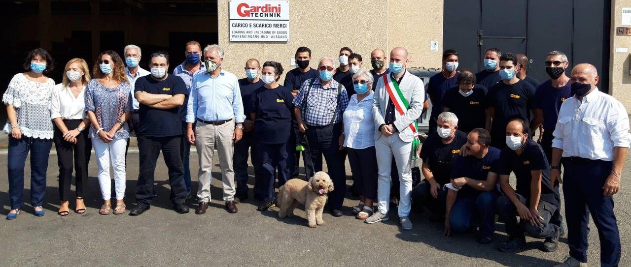 L'imprenditore Bruno Gardini (al centro) con il sindaco e lo staff della Gardini Technik