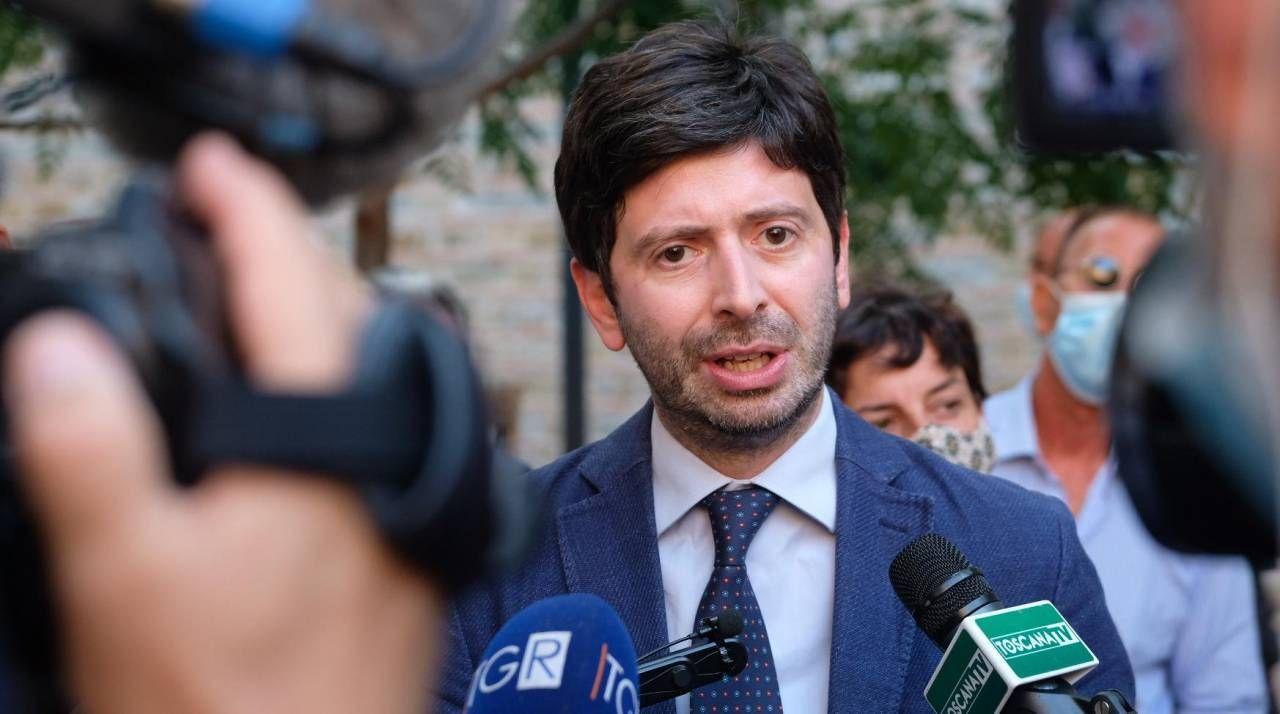 Il ministro della Salute Roberto Speranza (a sinistra), 41 anni:«Il primo luogo di cura deve diventare la casa»