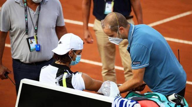 Lorenzo Musetti riceve trattamenti medici durante il match (Ansa)