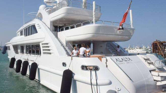 Lo yacht dello sceicco al porto di Civitanova (foto De Marco)