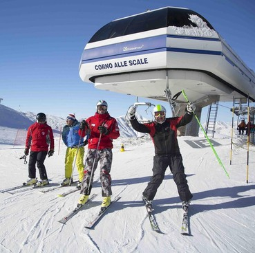Nell'immagine di archivio, sciatori sulle piste del Corno alle Scale