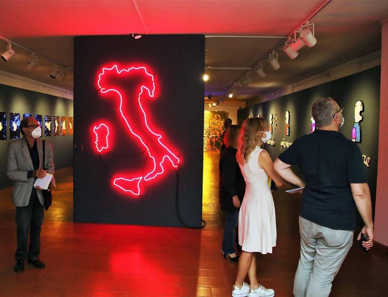 Alcune delle installazioni di Duse al centro della sala grande della mostra