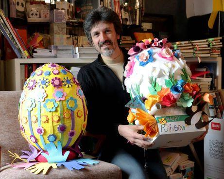 Nicola Betti alle prese con due gigantesche uova di Pasqua