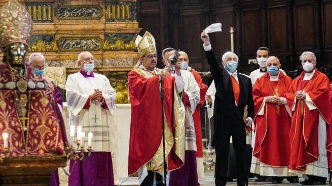 Il cardinale Sepe mostra la teca con il sangue sciolto di San Gennaro (Ansa)