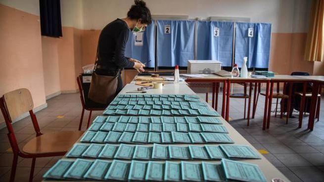 Un seggio elettorale per il referendum sul taglio dei parlamentari (Ansa)