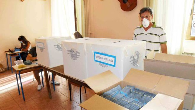 L'allestimento di un seggio (Foto Umicini)
