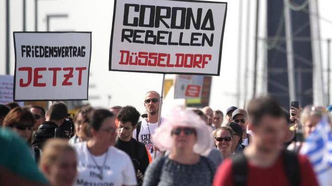 Coronavirus, manifestazioni contro le misure restrittive a Dusseldorf (Ansa)