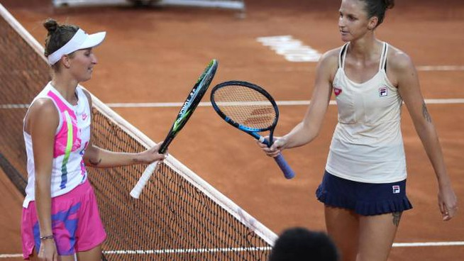 Karolina Pliskova (a destra) dopo la vittoria della semifinale a Roma (Ansa)