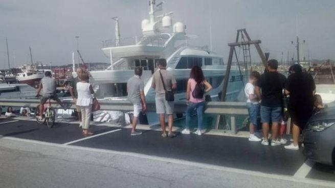 Lo yacht dello sceicco a Civitanova, pioggia di selfie (foto De Marco)