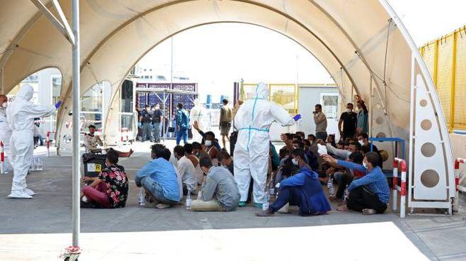 Migranti soccorsi in mare e rifocillati (ImagoE)