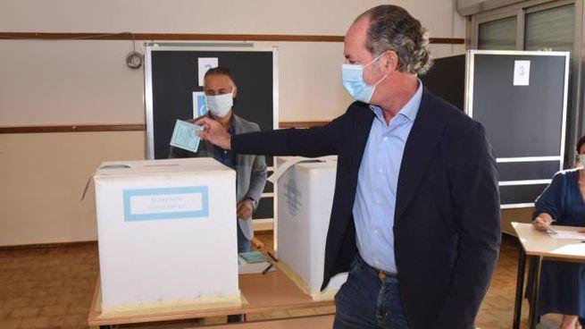 Luca Zaia al seggio elettorale (Ansa)