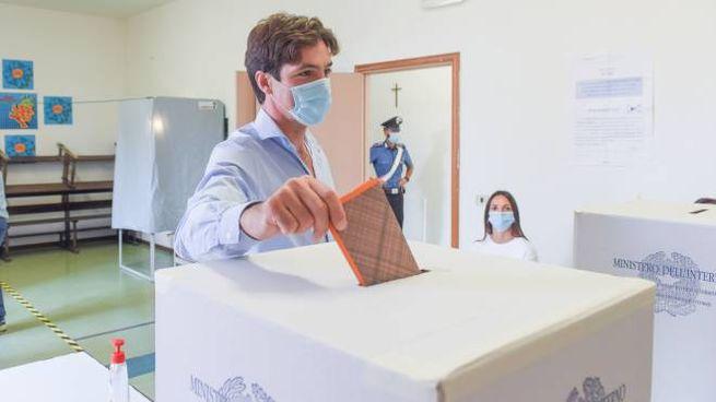 Francesco Acquaroli al voto (Foto De Marco)