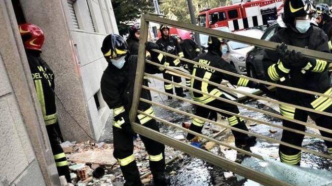L'intervento dei vigili del fuoco nello stabile di piazzale Libia a Milano