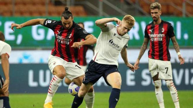 Ibrahimovic contrastato da Schouten (Ansa)