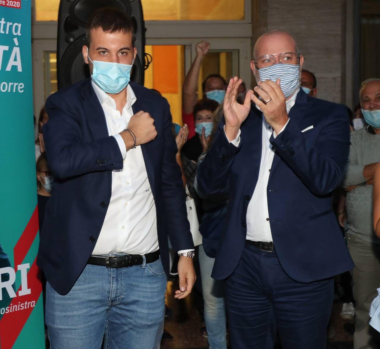 I festeggiamenti di Marco Panieri, 30 anni, neo sindaco di centrosinistra a Imola, insieme