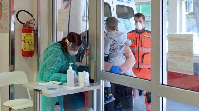 Triage di un caso sospetto all'ospedale di Spezia (Foto Frascatore)