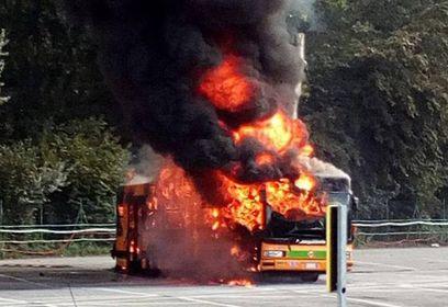 Le fiamme che divorano l'autobus