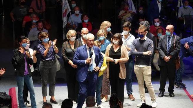 Eugenio Giani con la famiglia sul palco dell'ObiHall (foto Moggi/New PressPhoto)