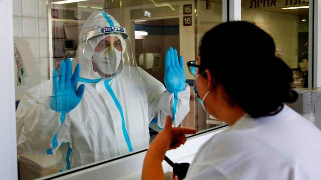 Medical staff work in the Covid-19 isolation ward at Israel's Barzilai Medical Centre in the southern city of Ashkelon on September 22, 2020. - Israel has registered more than 172,000 coronavirus cases with 1,163 deaths, out of a population of nine million. (Photo by GIL COHEN-MAGEN / AFP)
