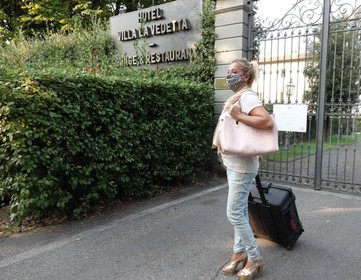 L'ingresso dell'hotel Villa La Vedetta sulla collina di piazzale Michelangelo: la struttura rischia di chiudere i battenti