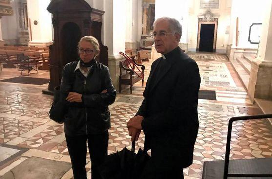 L'interno della cattedrale dopo il furto: in alto l'arcivescovo Riccardo Fontana. con il capitano Giulia Maggi. A sinistra Papa Wojtyla