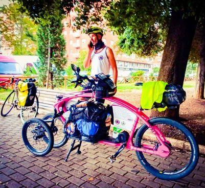 Marco Manila e la bicicletta costruita in Valtellina