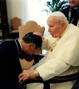 Una vecchia immagine di monsignor Boccardo con Papa Giovanni Paolo II