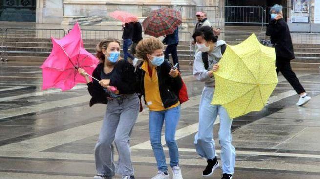 Maltempo a Milano con pioggia e forte vento (Ansa)