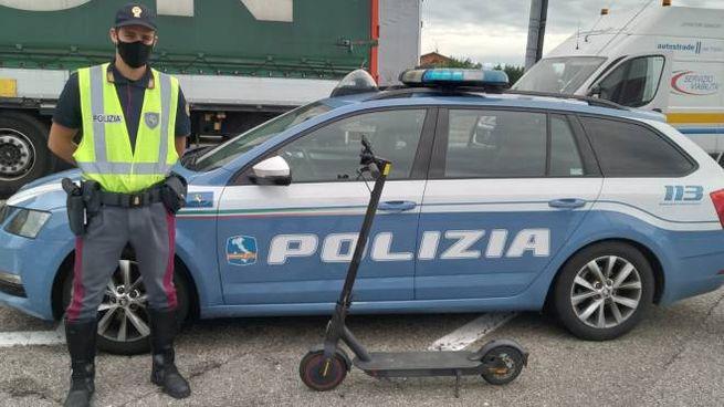 Col monopattino in A14, fermato dalla polizia