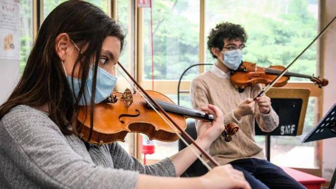 Giovani suonano il violino