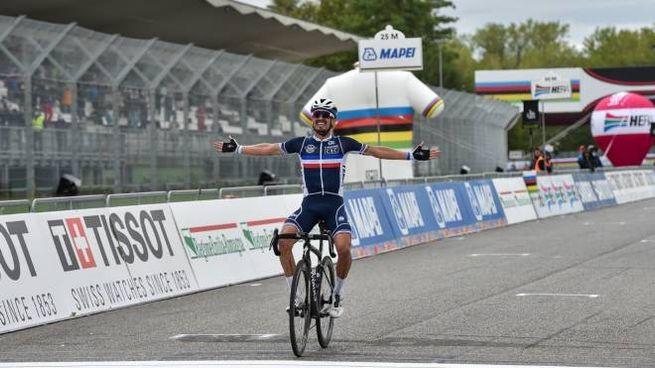 Mondiali di ciclismo, Julian Alaphilippe esulta all'autodromo di Imola