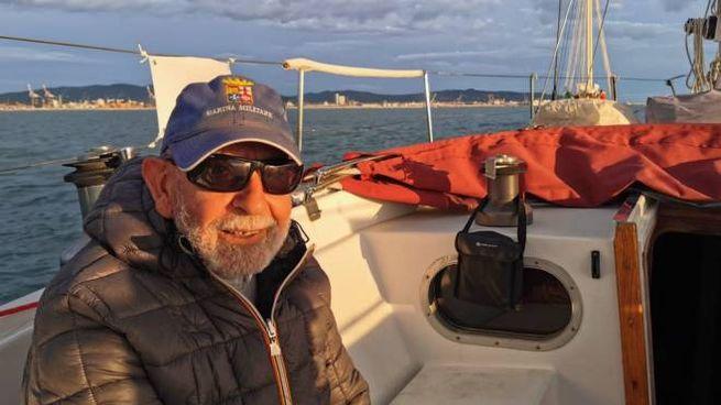 Mario Battilanti, 91 anni, a bordo del Lumière 33 con cui farà il periplo d'Italia