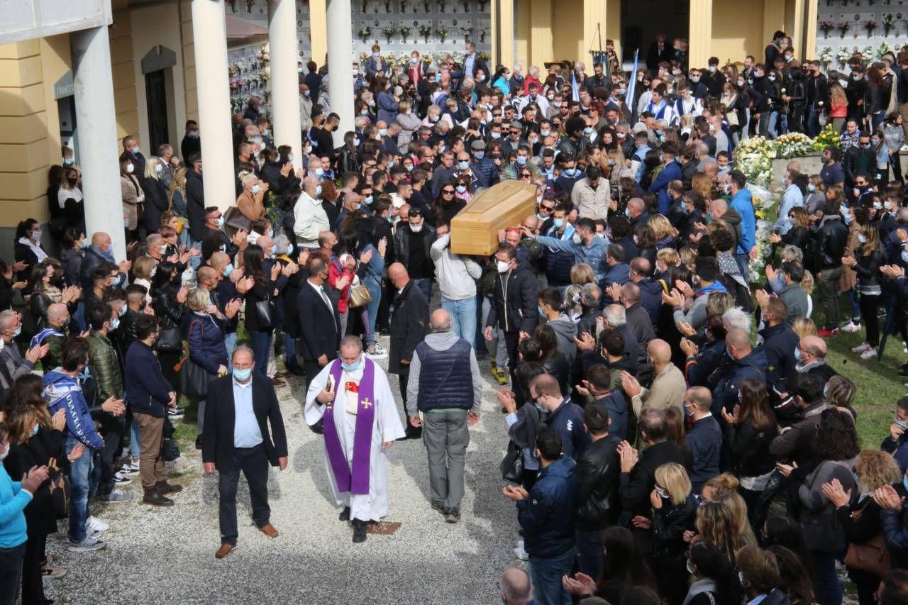 La folla accalcata al cimitero (foto Bongianni/Germogli)