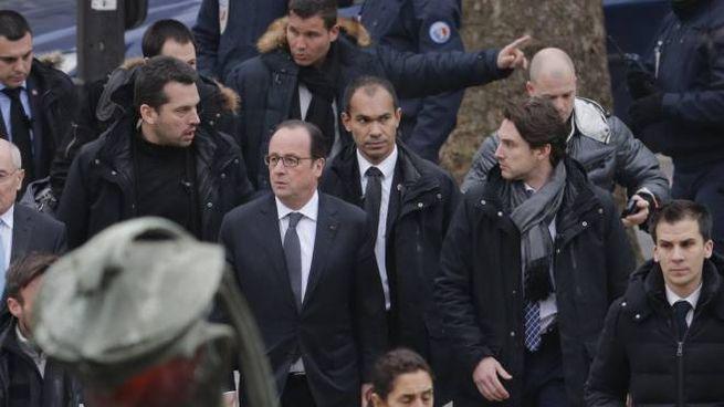 il presidente Hollande sul luogo della strage (lapresse)